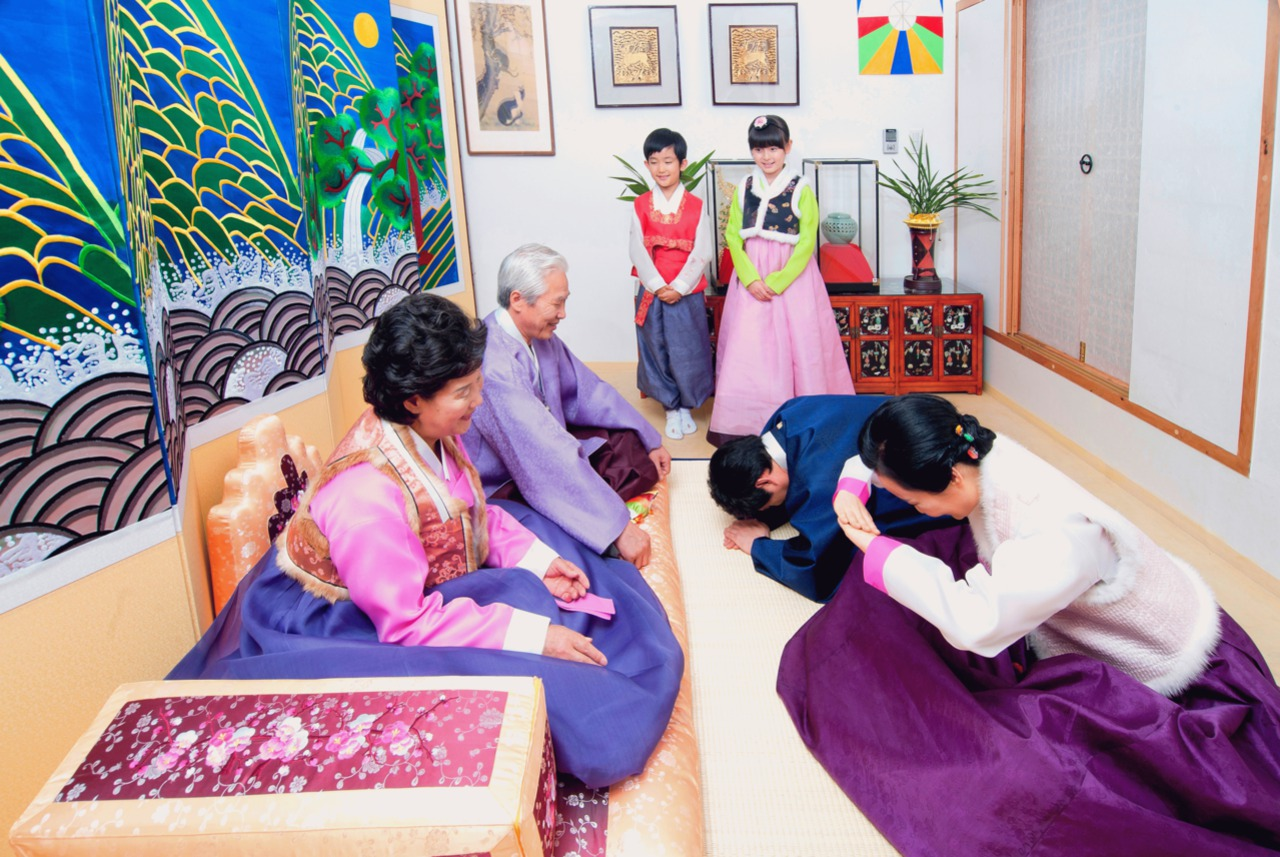 Truyền thống quỳ lạy cha mẹ để thể hiện sự biết ơn